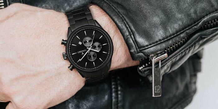 4dbcb9c7cb1f2a L'orologio con cinturino in pelle nera